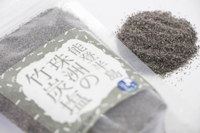 能登半島の三年物の青竹に塩を詰め込み焼き上げた黒い塩「珠洲の竹炭塩」