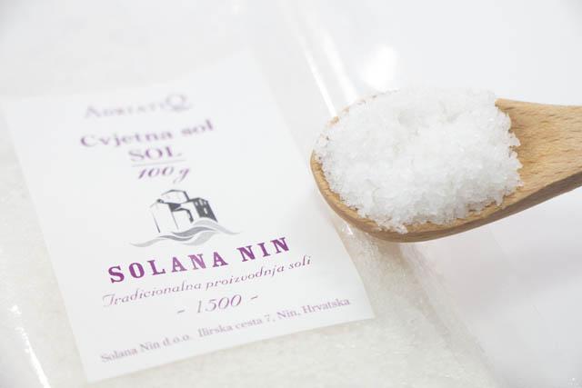 """""""塩の花""""を手作業ですくい取った貴重な古都ニンの塩「フラワーソルト」"""