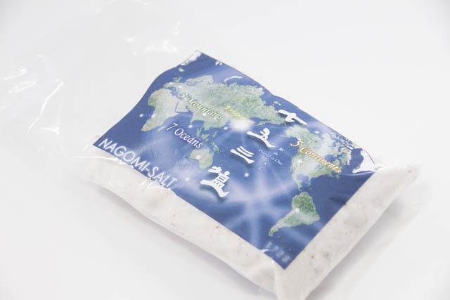 七大海洋の海塩と海水、五大州の湖塩、三大山の岩塩をミックスした塩「七五三塩(なごみえん)」