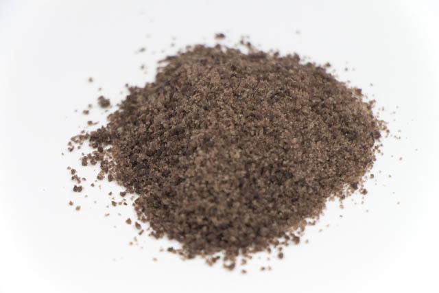 アラメのエキスをふんだんに取り込んだ日本で最も濃い色をした藻塩「ローソク島藻塩」