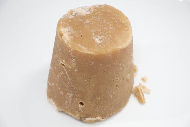 6000年以上前から使われてきた伝統的な含蜜糖「ジャグリー」