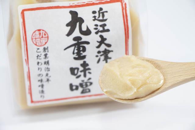 水飴などの甘味料や酒精も添加していない無添加の国産原料100%の白味噌「九重味噌の極上白味噌」