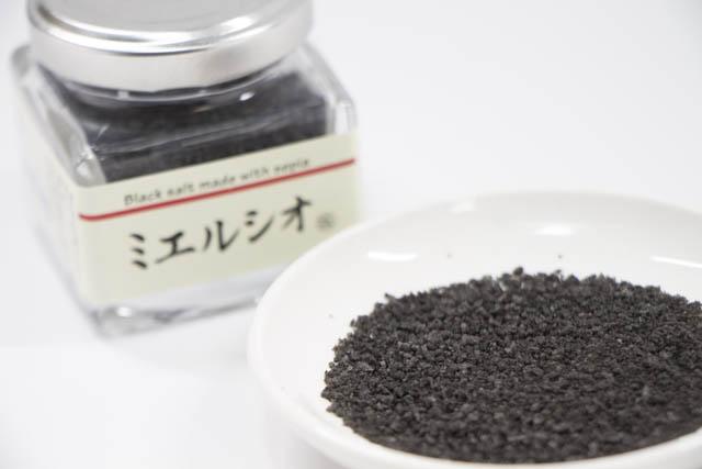 海洋深層水とイカ墨で真っ黒に焚きあげた塩「ミエルシオ」
